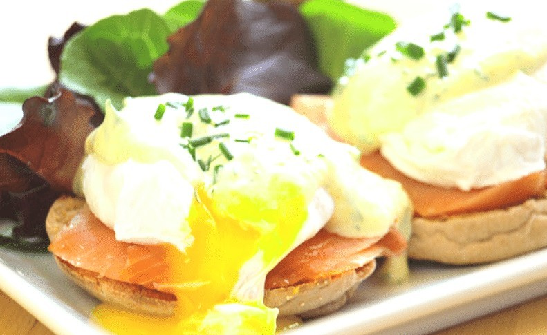 Poached egg with yoghurt sauce