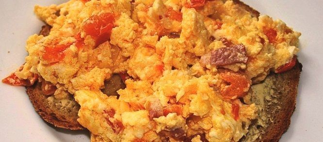 Scrambled eggs-with-tomato-and-feta