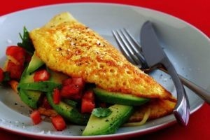 Breakfast-1-omelette-with-avocado-salsa-and-tomato