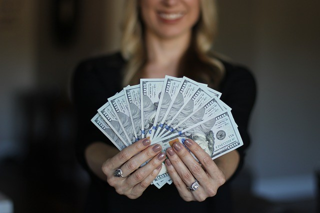 How to make money from home for free-A lady with the banknotes