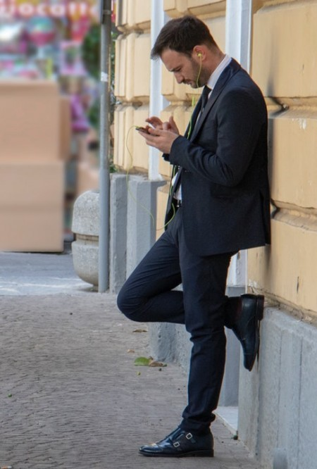guy trading on his phone