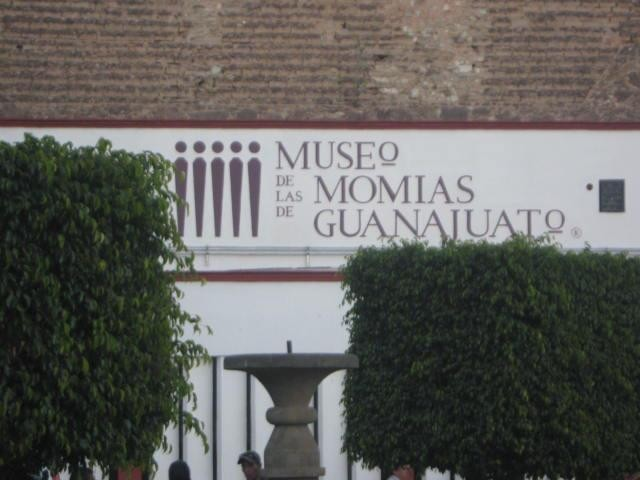 White facade of the Museo de las momias de Guanajuato in red.