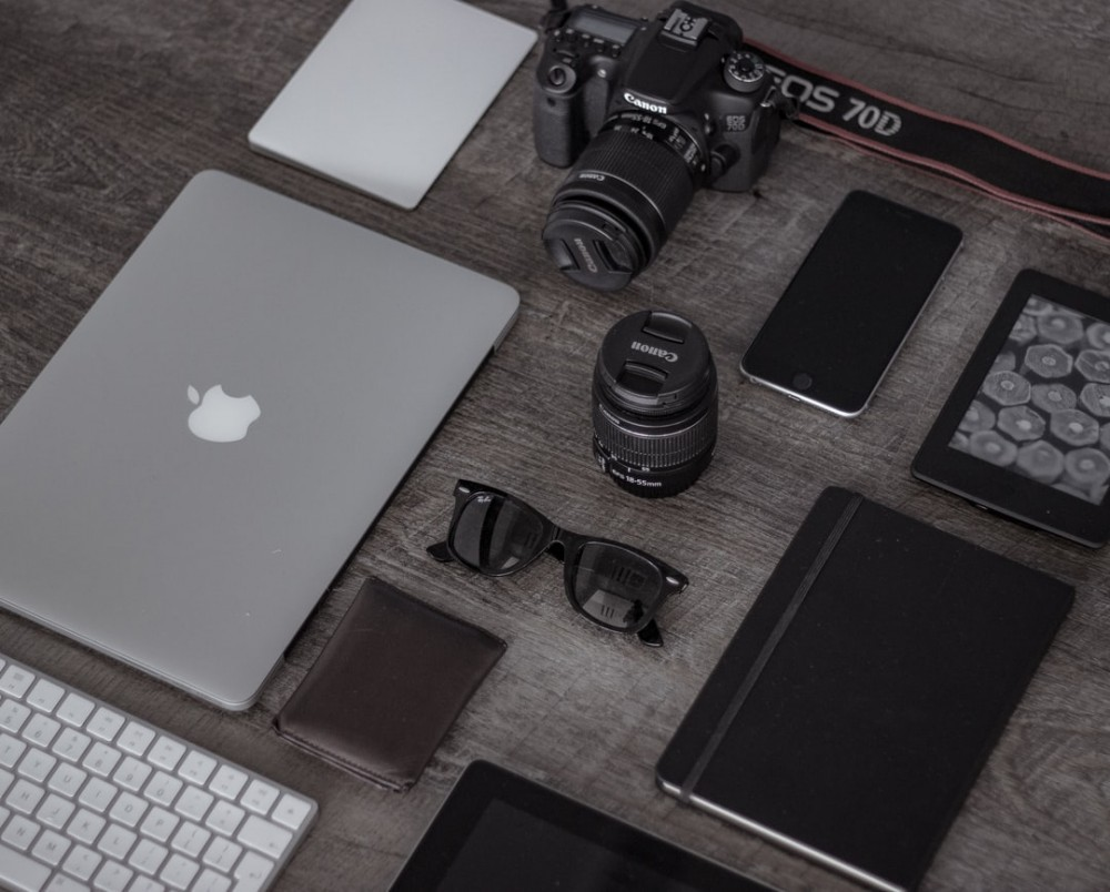 blog niches that make money image of gadgets like phones laptops and tablets