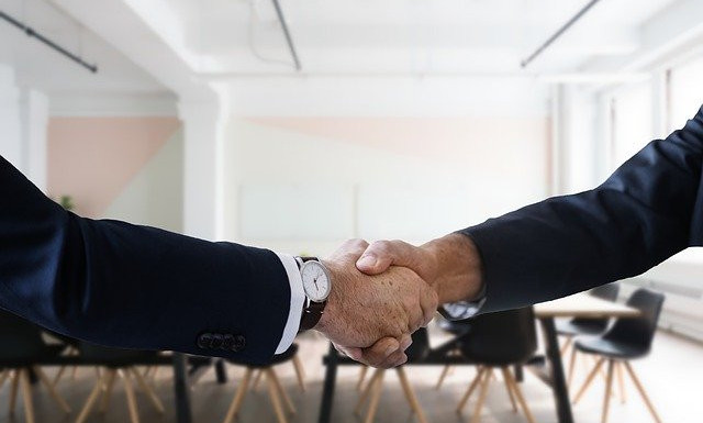 What's the wealthy affiliate university about ?-An image of a two persons shaking their hands
