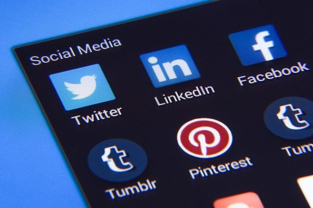 Computer-screen-showing-social-media-icons