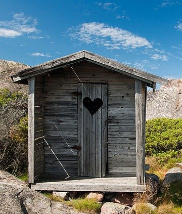 Asdabbi Outhouse