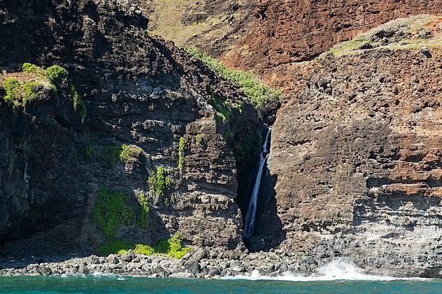 Na Pali Kalalau Trail waterfall