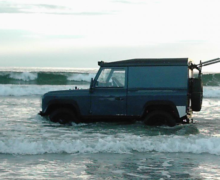 land_rover_in_sea
