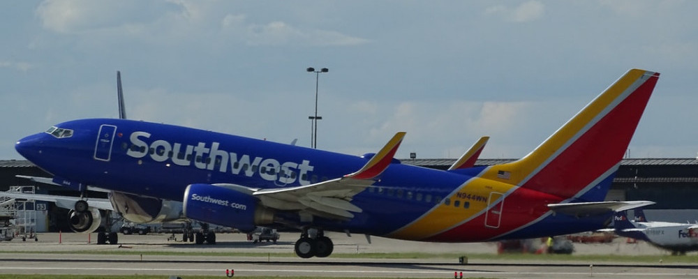 737 plane taking off