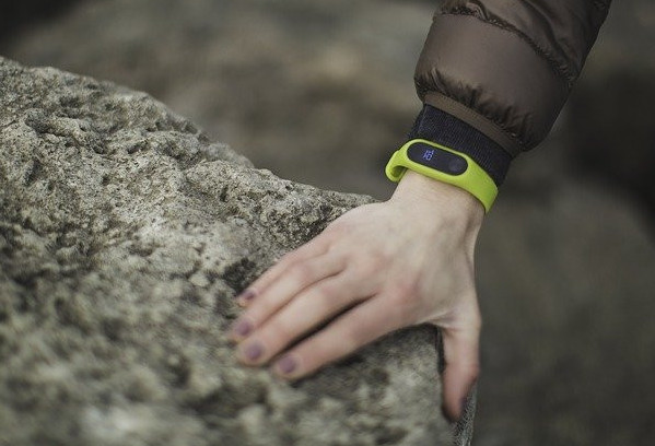 A-close-up-of-a-hand-with-a-yellow-fitness-tracker-around-the-wrist