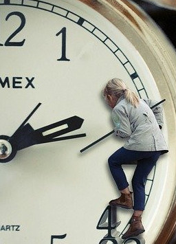 daylight savings time ends - child on clock