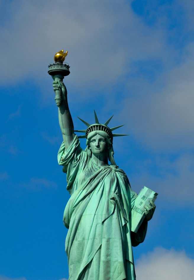 Vertical image of the statue of liberty