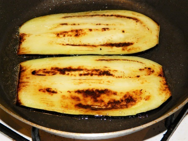 Frying eggplant slices