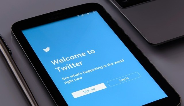 Twitter login page on a phone to say tweet to make money