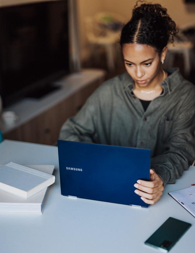 Lady wotking on affiliate marekting on laptop