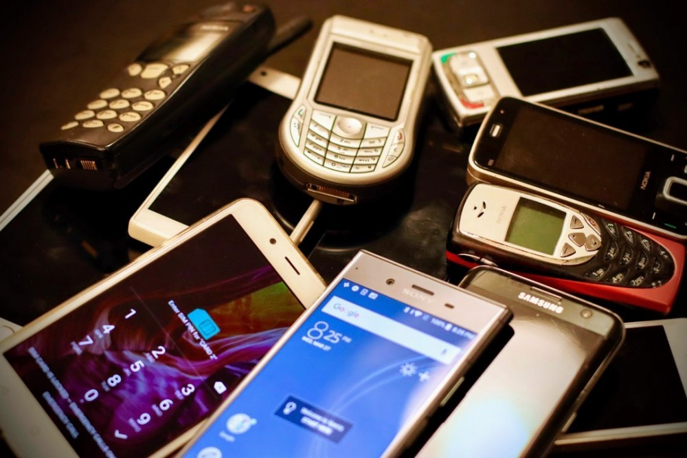 Old mobile phone to signify Make money free online at home through Mobile Phone Recycling