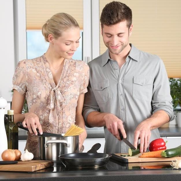 casal cozinhando feliz