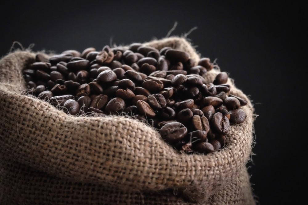 café em grãos dentro de um saco