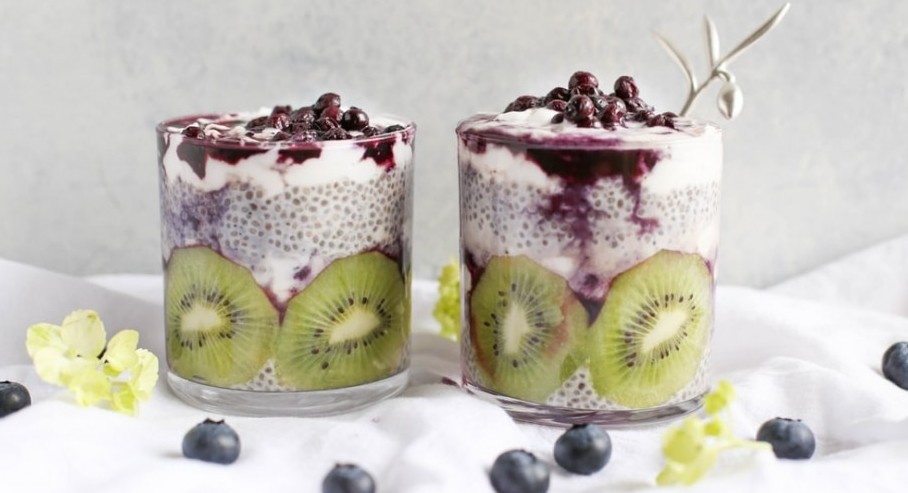 chia pudding with kiwi