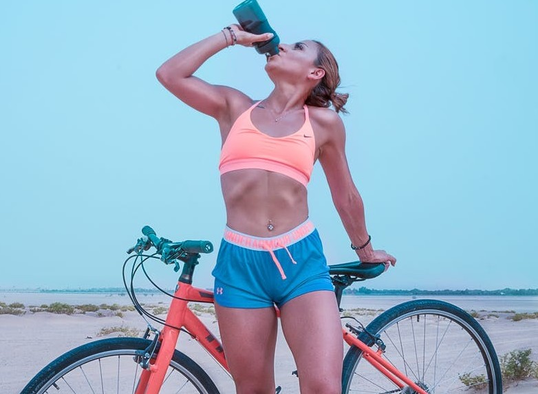 Water consumption helps keep the body hydrated, activates the metabolism and stimulates the elimination of waste from the body. ways to lose belly fat fast