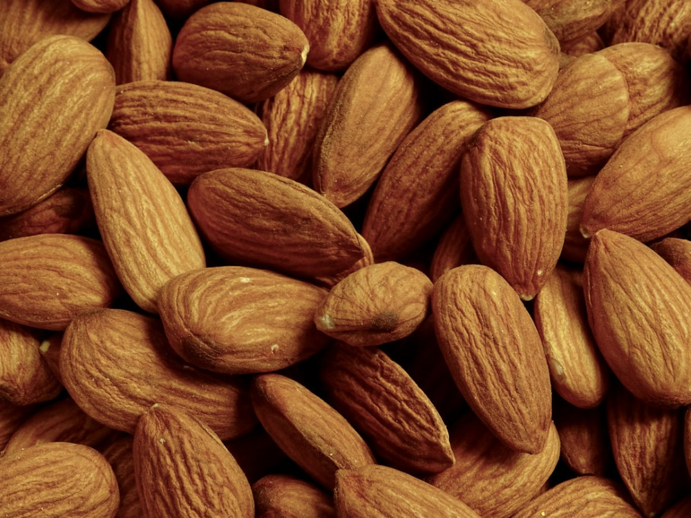 Instead of snacking on sweet foods, it's better to choose almonds. Its content of nutrients can actually help keep the heart healthy to reduce facial wrinkles. nuts to reduce heart disease risk