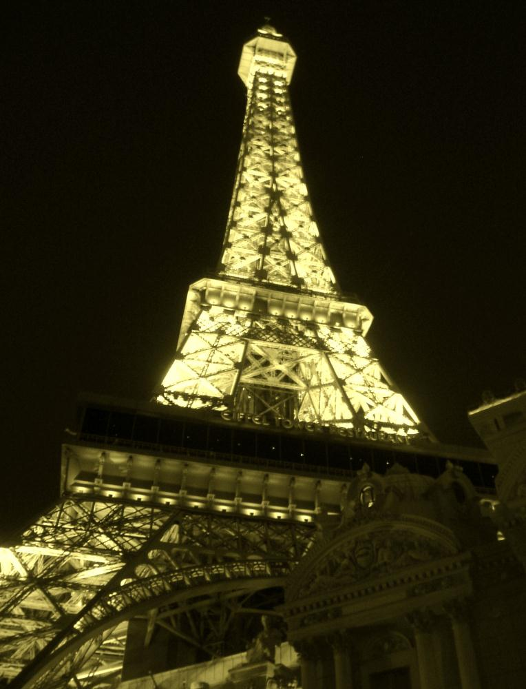 Eiffel Tower in the Deser... | Photos by Pinta