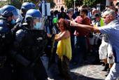 En Francia se retomaron las protestas de los chalecos amarillos que ocasionaron enfrentamientos con la policía nacional. / EFE / GUILLAUME HORCAJUELO
