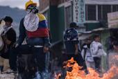 Integrantes del Escuadrón Móvil Antidisturbios (ESMAD) se enfrentan a manifestantes en Bogotá. / Agencia EFE