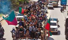 Una caravana de indígenas llega hoy a la ciudad de Jamundí, desde donde partirán en una marcha hacia Cali, en el departamento del Valle del Cauca (Colombia).