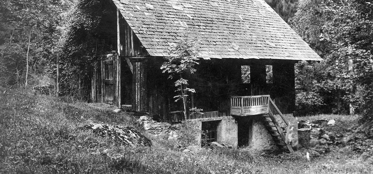 1890 - The first Opinel knives are manufactured in a small workshop in a village near Saint-Jean-de-Maurienne in Savoie.