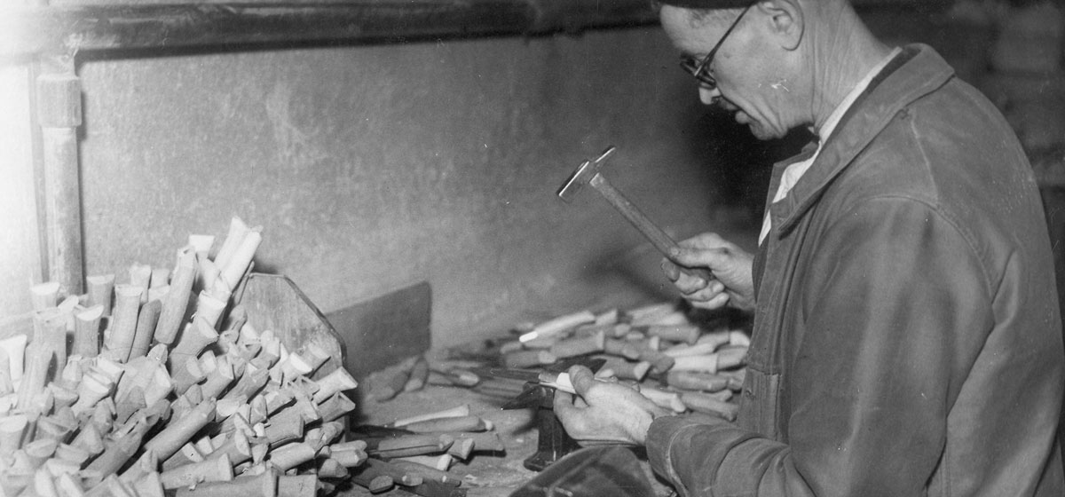 1914 - Knife making goes into full-scale mass production to keep up with demand. The rest, as they say, is history.