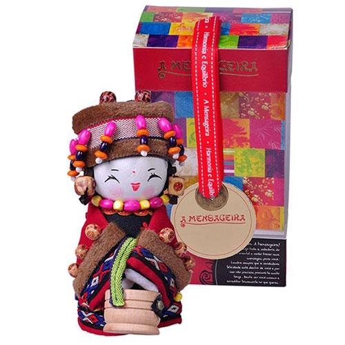 Boneca Decorativa Oriental Lhoba Pequena em Tecido - 12x7 cm
