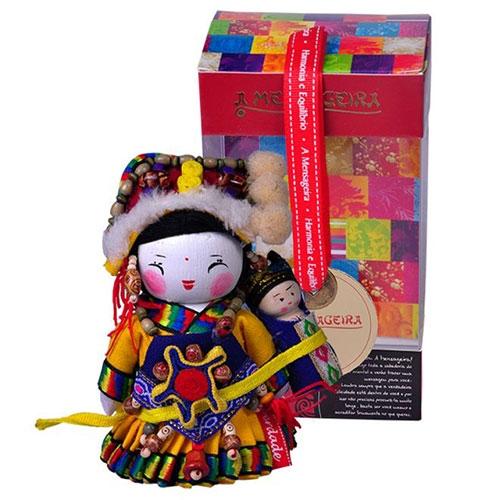 Boneca Decorativa Oriental Lisu Pequena em Tecido - 12x7 cm