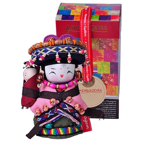 Boneca Decorativa Oriental Qiang Pequena em Tecido - 12x7 cm