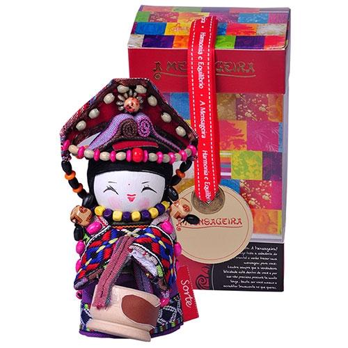 Boneca Decorativa Oriental Tujia Pequena em Tecido - 12x7 cm