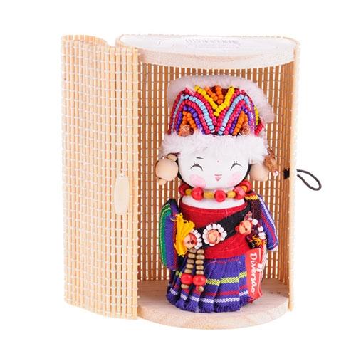 Boneca - Mensageira do Oriente - Gaoshan em Tecido - 12x8 cm