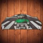 Cabideiro Mini Cooper Verde na Faixa de Pedestres - 4 Ganchos - em Madeira - 40x15 cm