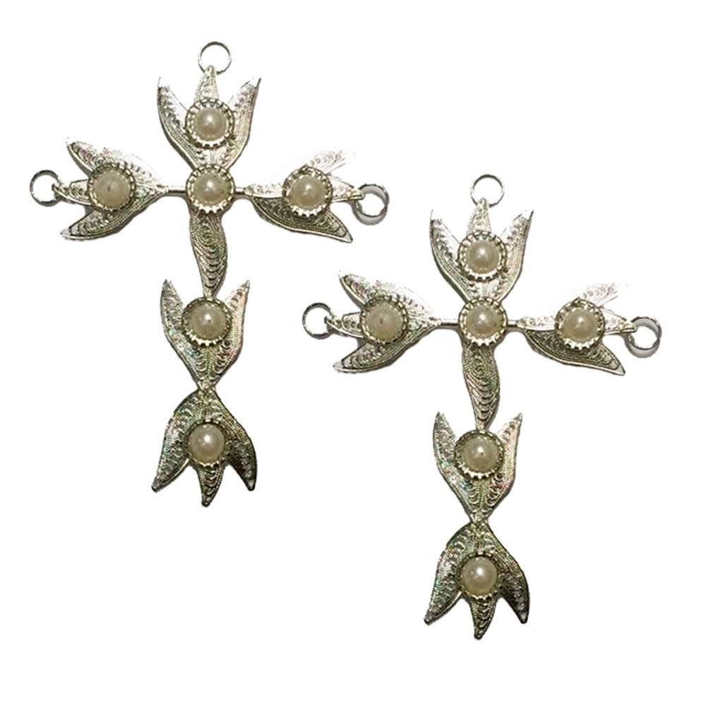 Conjunto 2 Pingentes Crucifixo Indiano c/ Pérolas Prateado Pequeno em Metal - 13x8 cm