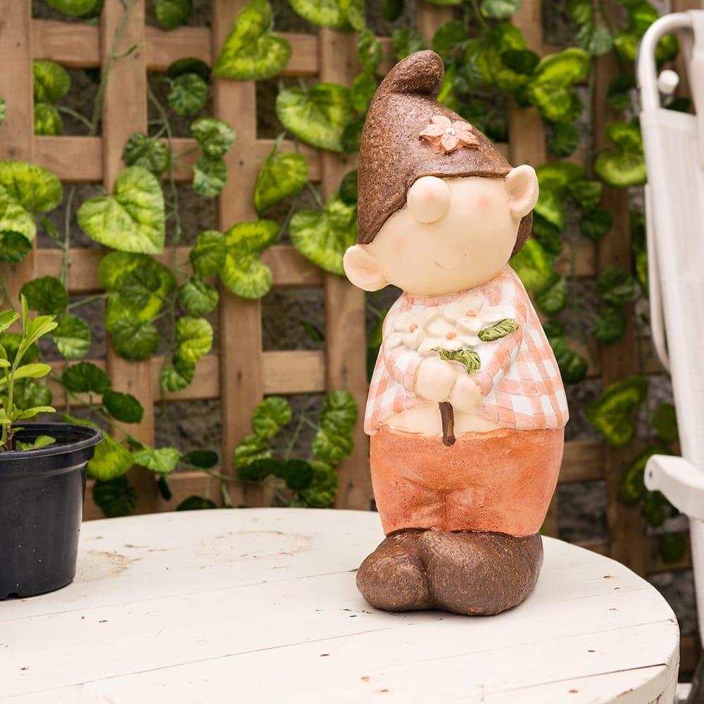 Escultura Gnomo com Flor Marrom/Laranja em Gesso - 41x19 cm