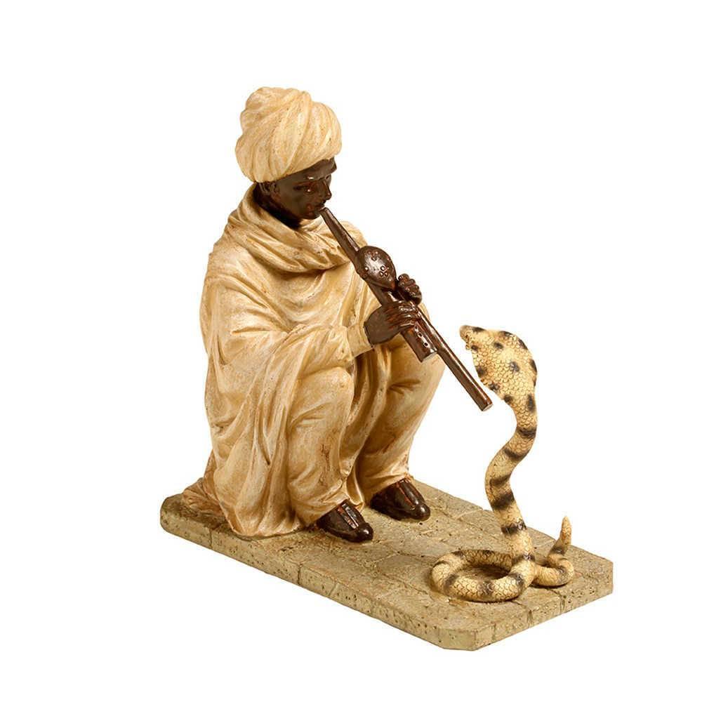 Escultura Indiano Hipnotizando Cobra Bege em Resina - 25x24 cm