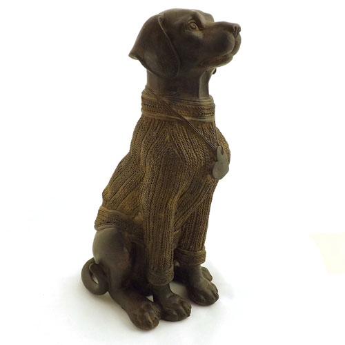 Estátua / Miniatura Cachorro usando Suéter - Em Resina - 25x13cm