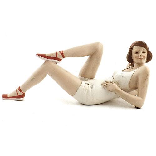 Estatueta Garota na Praia com Sapato e Laço Vermelho em Resina - 29x12cm