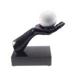Estatueta Mão Segurando Uma Bola em Resina - 30x26 cm