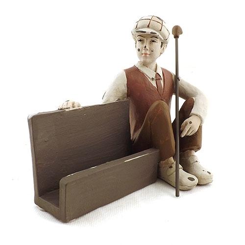 Estatueta Porta Cartão Menino sentado com Taco de Golf em Resina - 19x13 cm