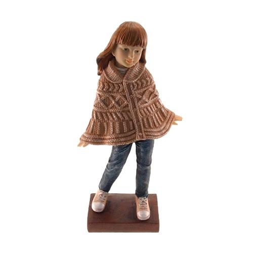 Estatueta/Caricatura Menina de Poncho em Resina - 25x15 cm