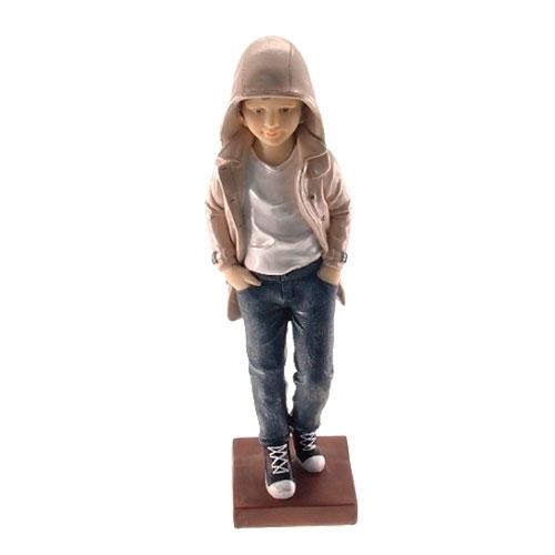 Estatueta/Caricatura Menino de Capuz em Resina - 27x7 cm