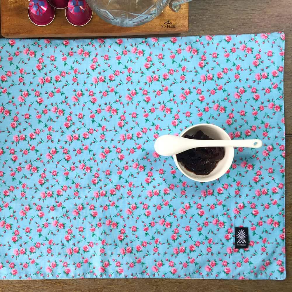 Jogo Americano Roussillon Floral Fundo Azul em Algodão - 48x34,5 cm