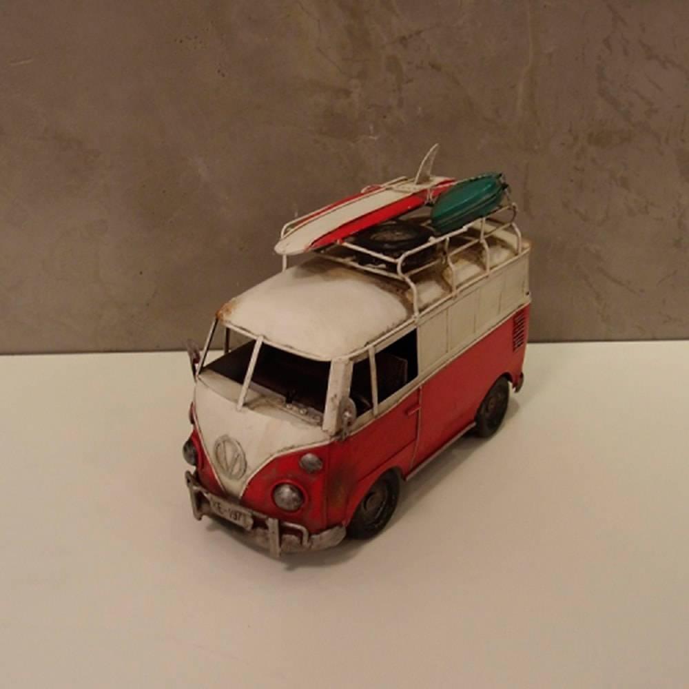 Miniatura Kombi Vermelha com Pracha de Surf e Mala em Metal - 30x22 cm