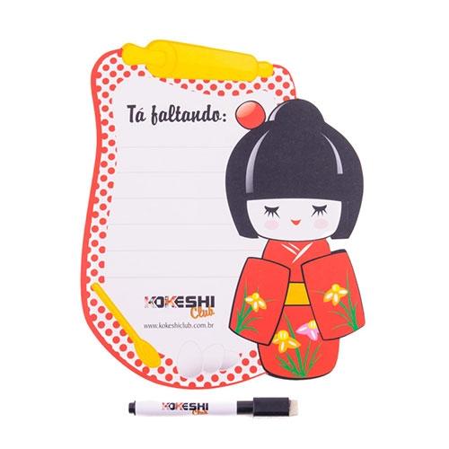 Painel de Anotações Kokeshi Coque Vermelho - 20x25 cm