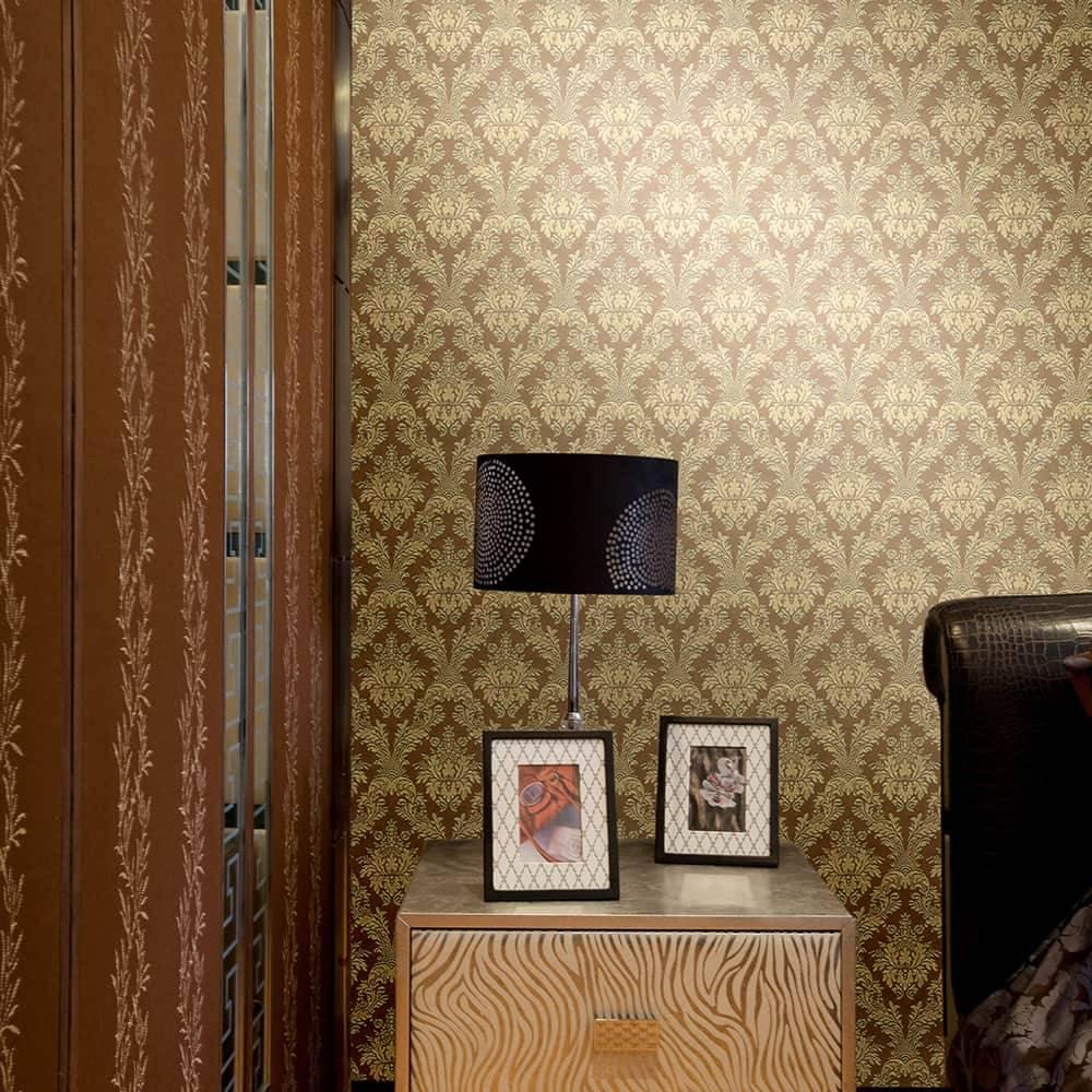 Papel de Parede Importado Vinílico Lavável Marrom Escuro c/ Textura de Arabescos Dourado - 10x0,53 m